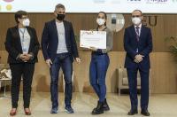 El decano del ICOFCV entrega los premios de Fisioterapia en el Congreso Internacional de Estudiantes de la CEU-UCH